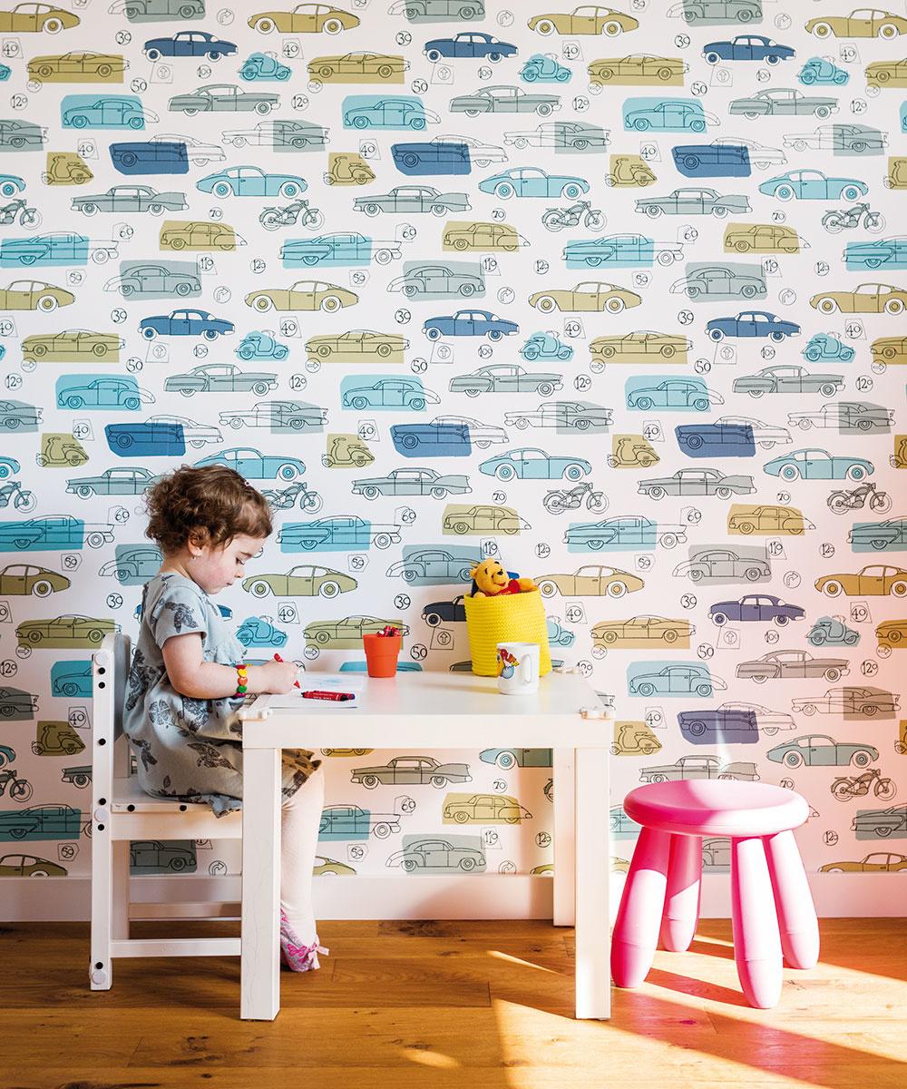 Drevené podlahy si dvojica nenechala vyhovoriť, hoci majú malé deti adrevo je chúlostivý materiál. Jednoducho sa doňho zamilovali.