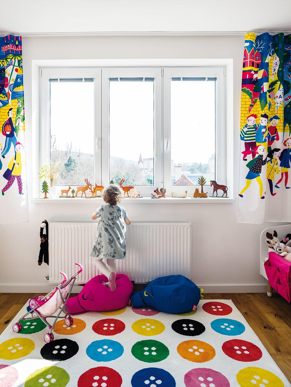 Detská izba je zatiaľ najmä priestrannou veselou herňou. Sťahovanie zdetských postieľok vrodičovskej spálni drobcov ešte len čaká.