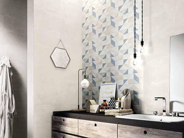 Geometrické motívy zaručene pozdvihnú každú mladistvú kúpeľňu. Aby však priestor príliš nezmenšovali, skombinujte ich s nenápadným sivým obkladom. Zaujímavé obklady modrej a koralovej farby s rozmermi 38 × 25 cm nájdete v kolekcii Feel od značky Ragno. Predáva Proceram.