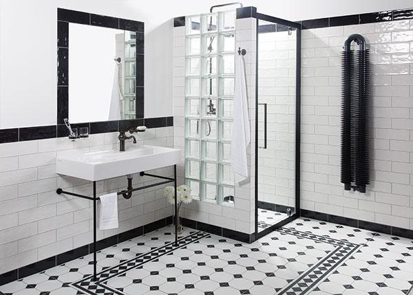 Priemyselného vzhľadu sa nemusíte vzdať ani pri zariaďovaní menšej kúpeľne. Nechýbajú v ňom ostré línie, zasklené plochy, kov či obnažené rúrky. Celkové riešenie možno doplniť vzorovanou dlažbou, ktorá stavia na obľúbený kontrast čiernej a bielej farby. Koncept Industrial, ktorý umožňuje zariadiť v tomto štýle celú kúpeľňu, ponúka Siko kuchyne & kúpeľne.