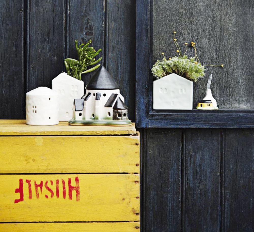 Nástenný kvetináč vtvare domčeka od značky Madam Stoltz, keramika, vponuke dve veľkosti – 12 × 10,3 × 7 cm alebo 9 × 13,9 × 7 cm, od 12,56 €, www.nordicday.sk
