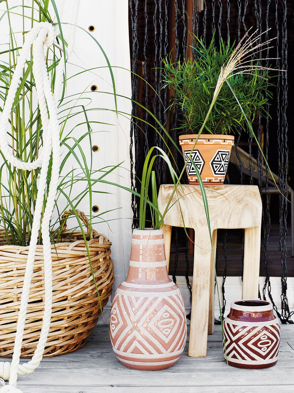 Ručne maľovaný Kvetináč Etno od značky Madam Stoltz, pálená hlina, vponuke dve veľkosti – výška 10/13,5 cm a priemer 10/15 cm, od 6,45 €, www.nordicday.sk