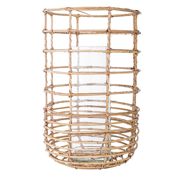 Lampáš od značky Bloomingville, ratan asklo, výška 40 cm, priemer 26 cm, 67 €, www.bloomingville.com