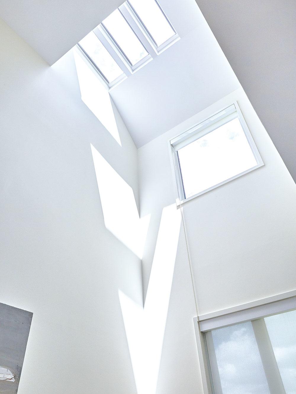 OKNÁ majú trojsklá azabezpečujú tak domu výborný tepelný komfort. Umiestnenie okien maximalizuje nielen efekt pri krížovom vetraní, ale aj komínový efekt.