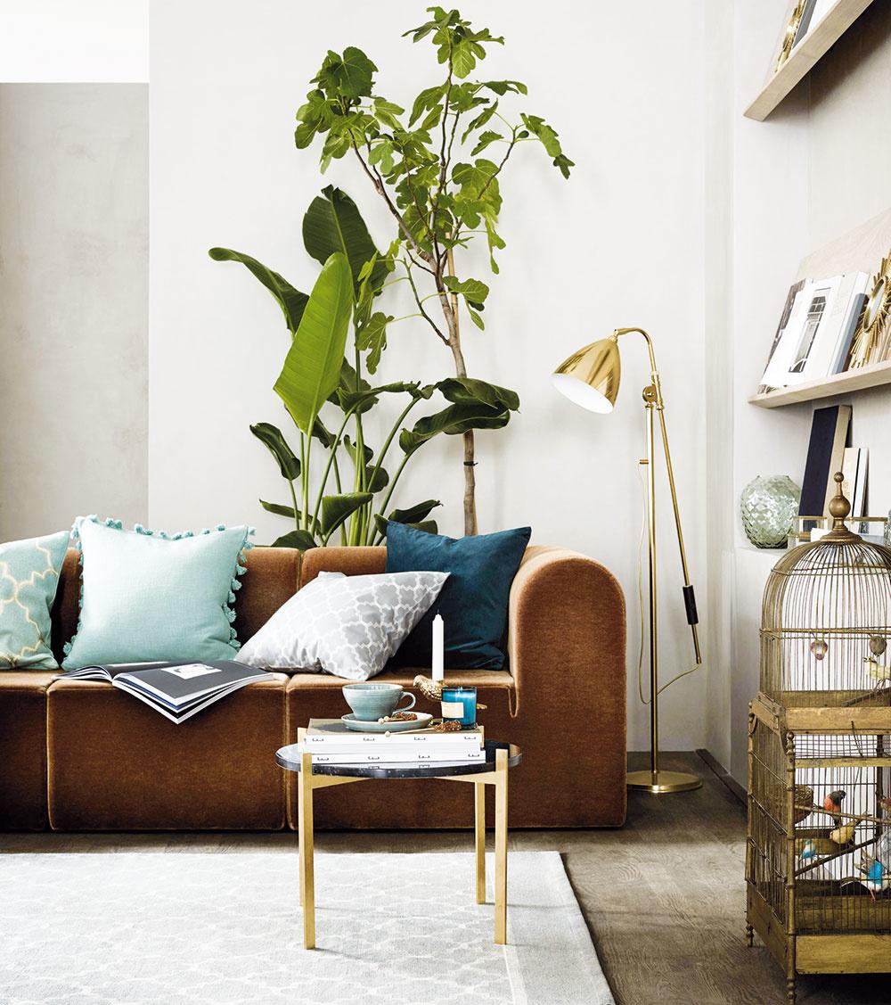 Vobývacích izbách, kde netreba naplno zužitkovať každý centimeter plochy, pekne ukáže aj mohutnejšia zeleň umiestnená za sedačkou. Voľte skôr do výšky rastúce druhy.
