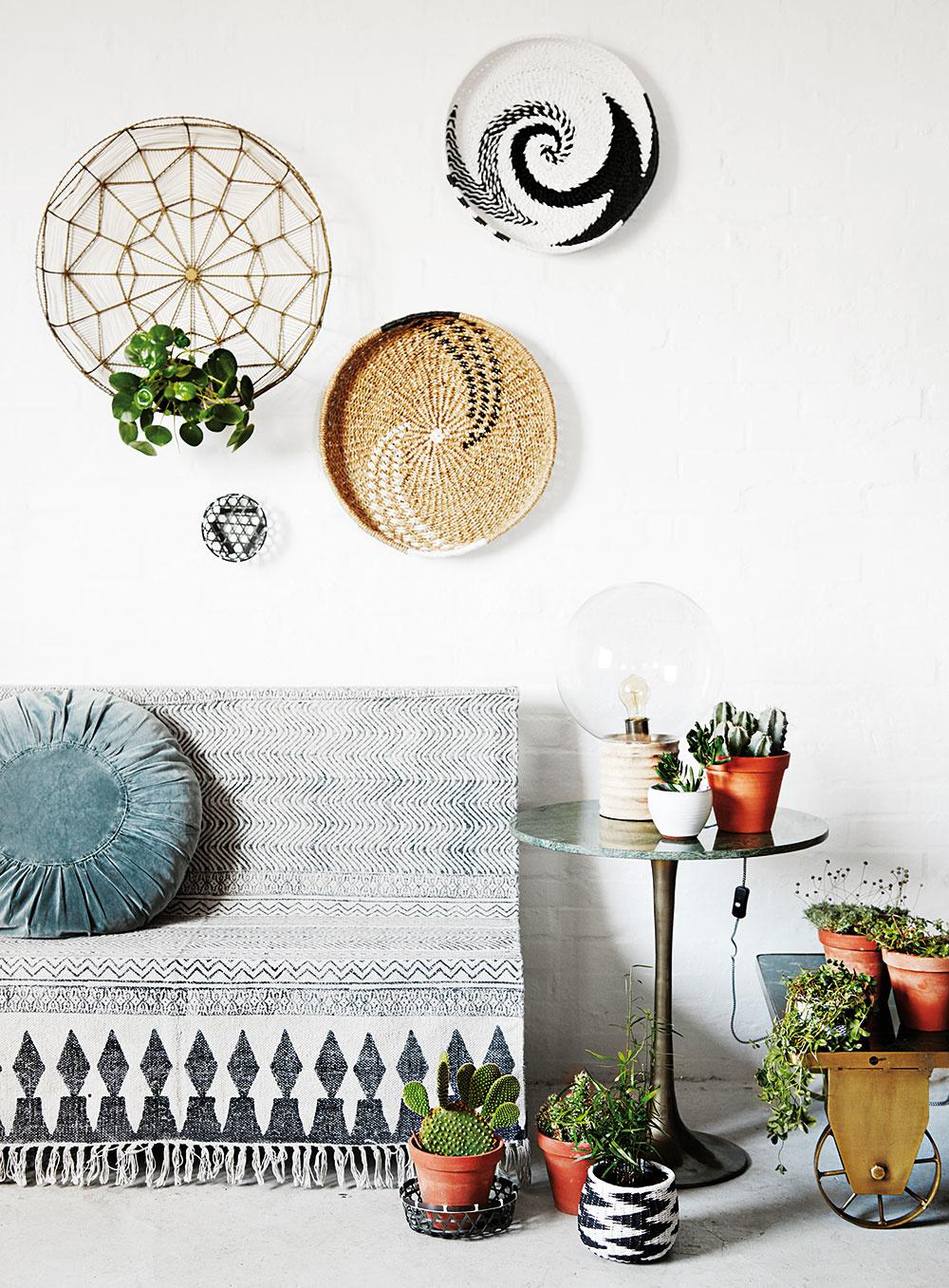 Príjemným oživením interiéru môžu byť aj skupinky menších rastlín, napríklad vsúčasnosti mimoriadne obľúbených kaktusov asukulentov. Umiestňujte ich vždy tak, aby vám vpriestore zbytočne neprekážali.