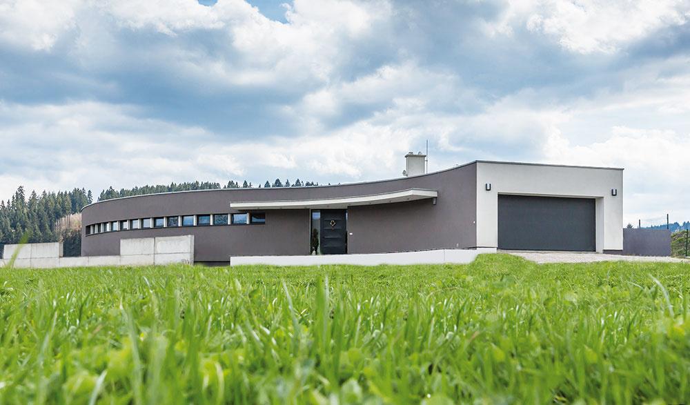 Severná strana. Dom od prístupovej cesty pôsobí ako pevnosť, ktorá poskytuje jeho majiteľom potrebné súkromie aj vďaka malým oknám umiestneným tak, aby nebolo vidieť do domu.