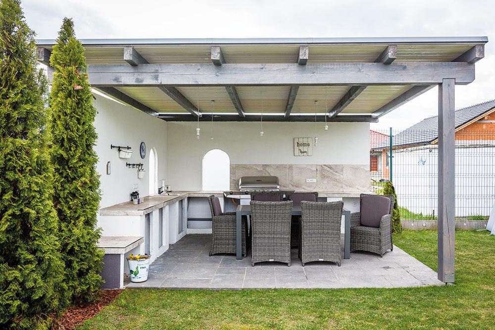 Záhradný altánok bol vybudovaný dodatočne. Je vybavený veľkým vonkajším sedením avstavaným pracovným pultom smoderným grilom apecou.