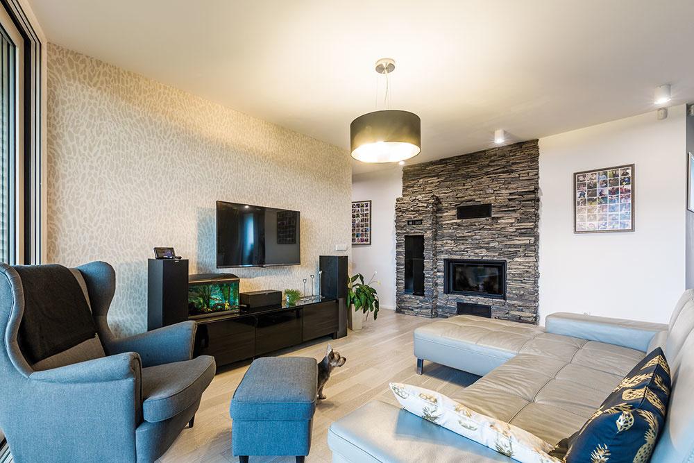 Priestranný interiér tvoria tri hlavné zóny. Vjeho dlhšej východnej časti sú spálňa adetské izby, vstrede domu je denná miestnosť – obývačka spojená skuchyňou – avkratšom module na severovýchodnej strane zase technická miestnosť spolu sdvojgarážou.