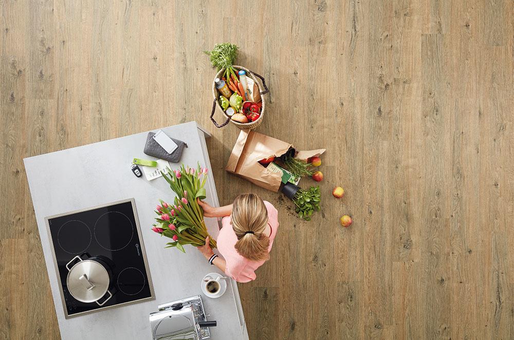 Nemecký výrobca ekologických elastických podláh značky Wineo PURLINE ponúka ako novinku podlahu bez obsahu PVC so zámkovým spojom na HDF nosiči. Jej výhodou je, že sa dá klásť na podklady, ktoré by sa pri bežných typoch podláh museli upravovať stierkou – podmienkou je dodržať kritérium rovinnosti podkladu. Kolekcia WINEO 1000 wood XXL má reálnu kresbu dreva, jej HDF doska má úpravu Aqua-Protect (znižuje nasiakavosť vody) avyznačuje sa vysokou odolnosťou proti opotrebovaniu. www.kpp.sk