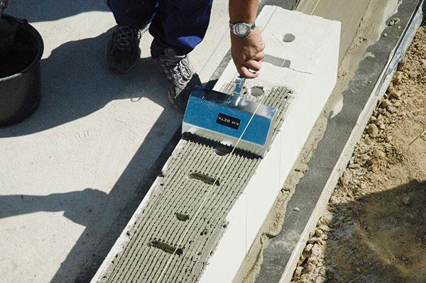 Murovanie na tenkú škáru proces murovania výrazne zjednodušuje. Úpravu polohy stavebného prvku možno urobiť do 8 minút od nanesenia lepiacej malty.