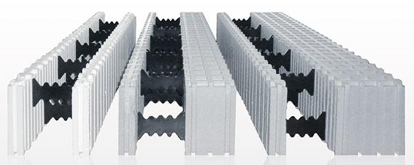 Základom systému so strateným debnením sú tvarovky zo sivého polystyrénu, zktorých sa ako zo stavebnice postavia steny domu.