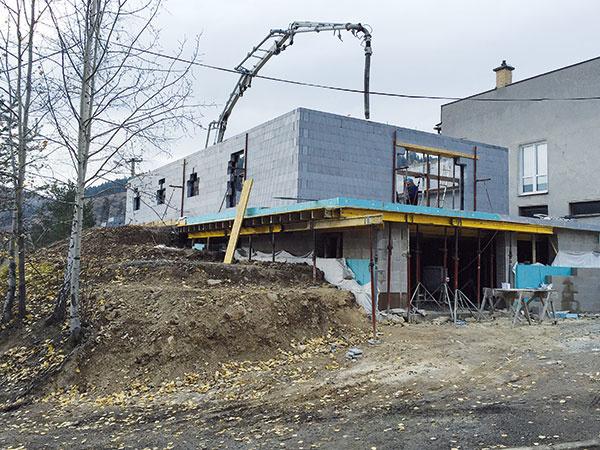 Steny sa priebežne plnia betónom. Počas zalievania prenášajú debniace tvarovky tlak čerstvého betónu vlastnou pevnosťou, pevnosťou zámkových spojov a rozperiek.