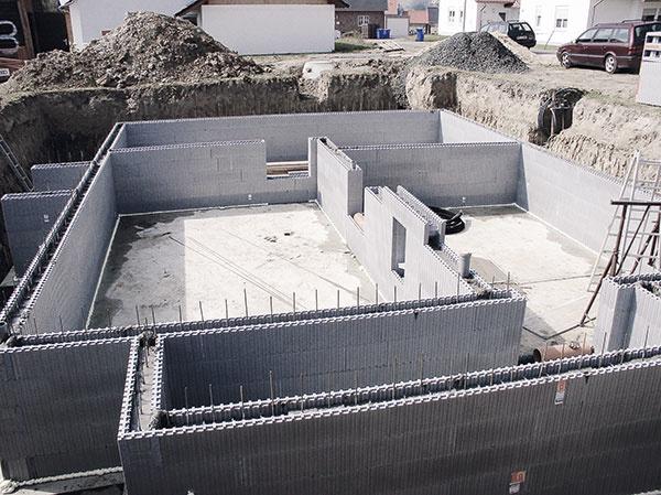 Po vyzretí betónu sú všetky steny vdome nosné, čo dáva projektantom voľnosť pri navrhovaní a dimenzovaní zastrešenia.