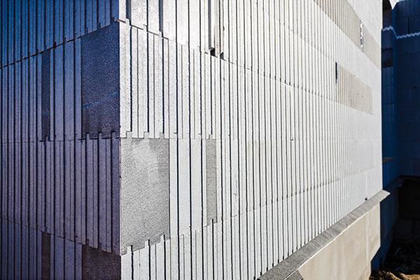 Po vyplnení betónom zostávajú tvarovky z EPS trvalou súčasťou steny a prispievajú k celkovému tepelnému odporu stenovej konštrukcie.