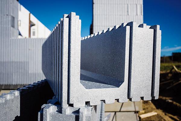 Tvarovka zo sivého polystyrénu Neopor dosahuje požadovanú úroveň tepelnej izolácie už pri polovičnej hrúbke bežnej steny.