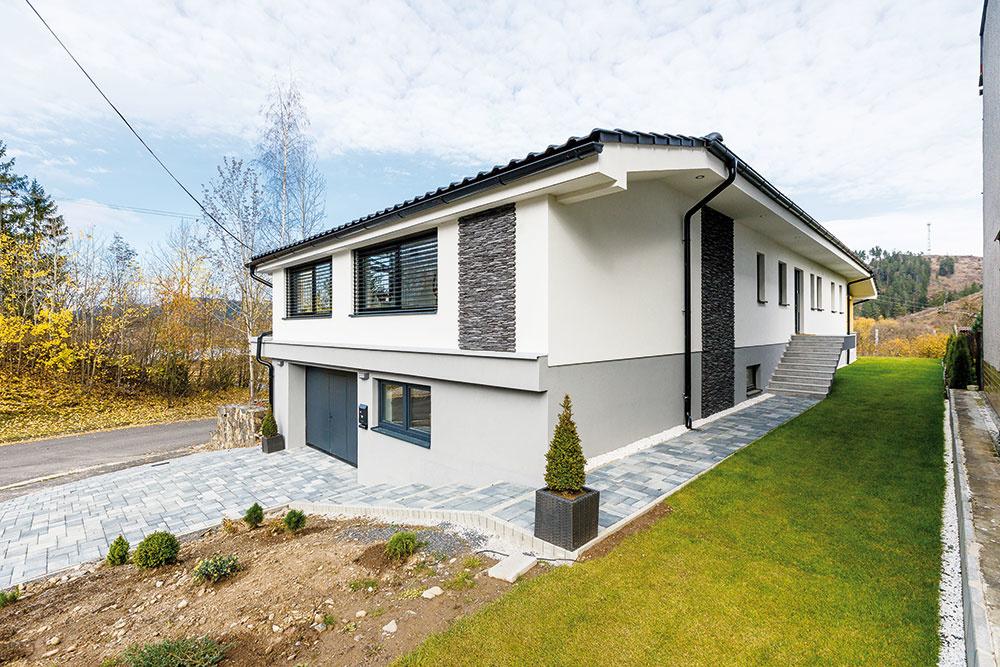 Usporiadanie do kopca. Keďže dom stojí na svahovitom pozemku, čiastočne zahĺbené spodné podlažie je vyhradené na garáž atechnické zázemie. Obytné miestnosti, rozdelené na dennú, spoločenskú časť anočnú zónu, sú situované na dobre presvetlenom poschodí. Do priestorov rodinného bývania sa vstupuje zvýchodnej strany, z vyššie položenej časti pozemku.