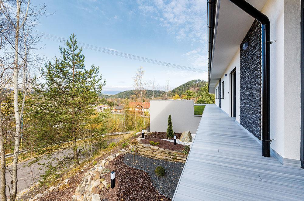 Sen o veľkom dome plnom svetla si rodina napokon splnila na kopci. Na vonkajšie terasy, ktoré lemujú horné obytné podlažie, zvolili kvalitný drevoplastový materiál. Vďaka tomu nemajú starosti s ich údržbou.