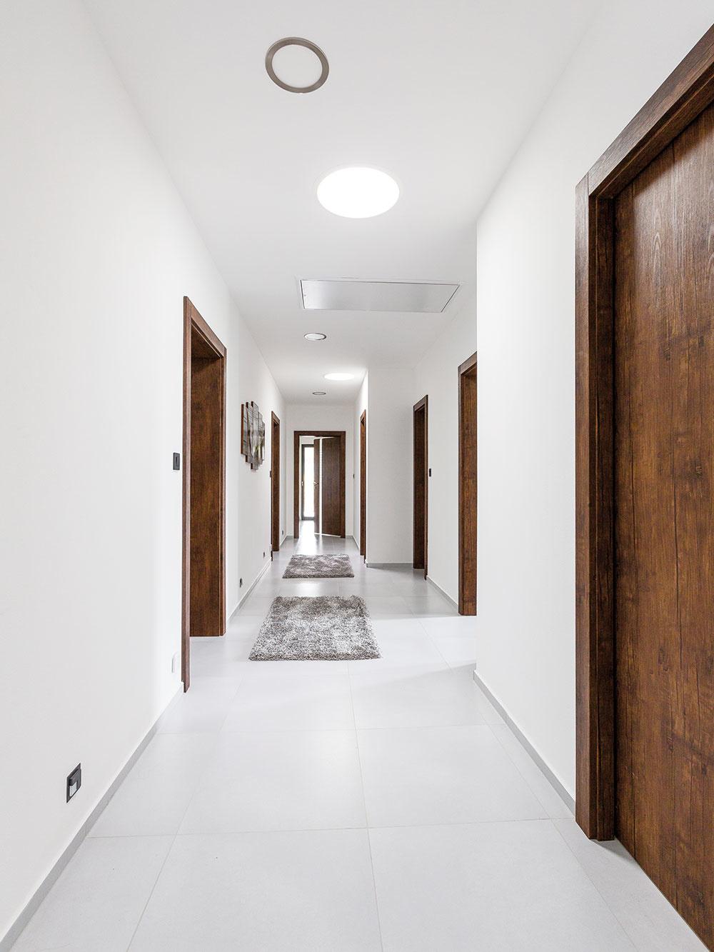 """Teplo od nôh. Teplo vdome zabezpečuje teplovodné podlahové vykurovanie, ktoré sa realizovalo suchým systémom. Kjeho výhodám vporovnaní s použitím betónových či anhydritových poterov patrí rýchlosť realizácie. """"Zhotoviť anhydritovú podlahu spodlahovým vykurovaním trvá 5 týždňov, suchá podlaha môže byť hotová už za týždeň,"""" hovorí Ľuboslav Leško zo spoločnosti Polyform."""
