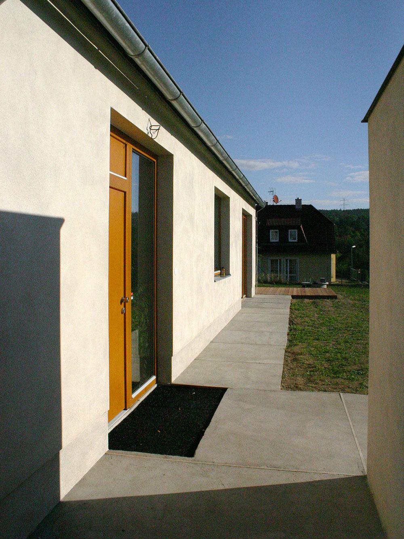 """Ako na """"starej chalupe"""" je aj priedomie domu, tvorené betónovým chodníkom, na ktorom dnes stojí lavička."""
