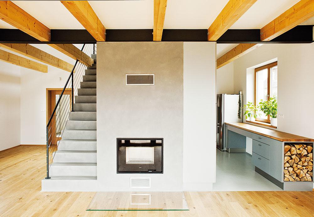 """Vcentrálnej časti domu sa nachádza """"pec"""" – priestor so schodiskom, kozubom atechnickou miestnosťou, ktorá skrýva technológie na vykurovanie."""