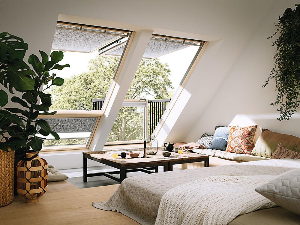 Strešný balkón VELUX CABRIO® pôsobí vzatvorenom stave ako klasická kombinácia strešného adoplnkového okna. Dokonale splýva srovinou strechy anenarúša jej celkový vzhľad. Jednoducho ho možno otvoriť avpodkroví tak vznikne malý balkón. Zoštíhlené rámy okien prinášajú do podkrovia viac denného svetla. Súčasťou je nízkoenergetické trojsklo so samočistiacou vrstvou avrstvou proti roseniu, ventilačná klapka, filter proti prachu ahmyzu. www.velux.sk