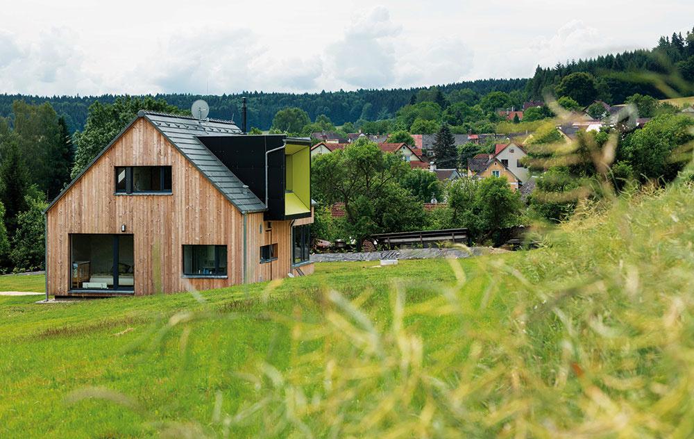 Dom je navrhnutý tak, aby spĺňal základnú požiadavku majiteľa, ktorý si chcel naplno vychutnávať výhľady na okolie.