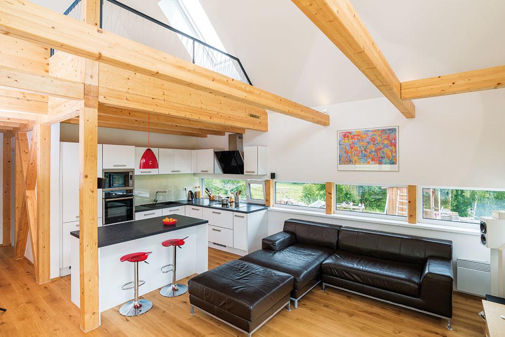 Popri svetlom dreve dominuje dennej časti domu najmä biela farba. Akcentujúcou farbou je čierna, ktorá sa objavuje na pracovnej doske vkuchyni aj na sedačke vobývacej časti.