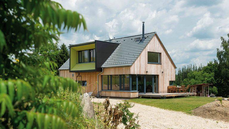 Montovaný dom na vidieku upúta netradične stvárneným vikierom