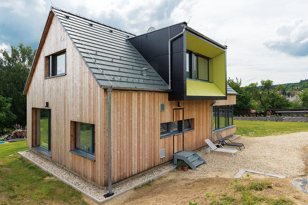 Architekti sa pri návrhu domu pohrali aj s rôznymidetailmi. Za zmienku určite stojí originálne stvárnenie zadných dverí.