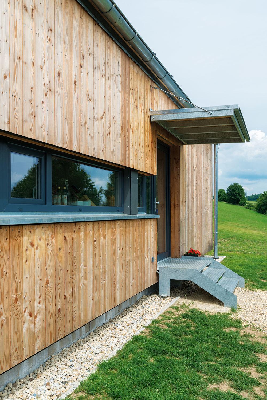 Dom srozmermi 8 × 12 m charakterizuje drevená fasáda, ktorá bola jednou zpožiadaviek investora.