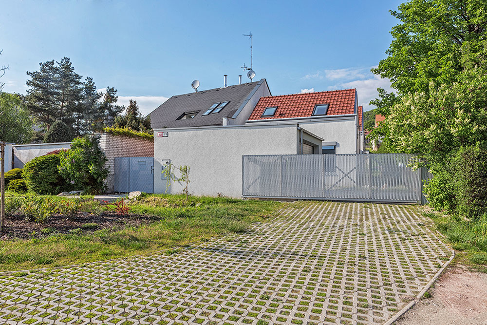 Rodinný dom vo Svätom Jure: Z ulice takmer neviditeľný, vnútorne však bohatý