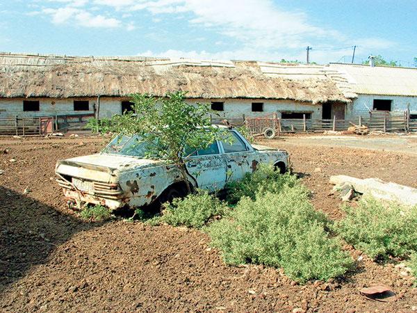Pôvodný stav poľnohospodárskych budov pred začatím rekonštrukcie. Na mieste niekdajších ruín by do niekoľkých rokov mala vzniknúť malá sebestačná farma.