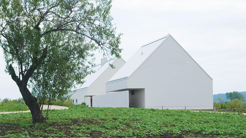 Minimalistický vzhľad budov skvele korešponduje sprostou krásou okolitej prírody. Jednoduchým objektom pritom nechýbajú nápadité detaily – pôvodné slamené strechy napríklad nahradil netradičný biely vlnitý plech.