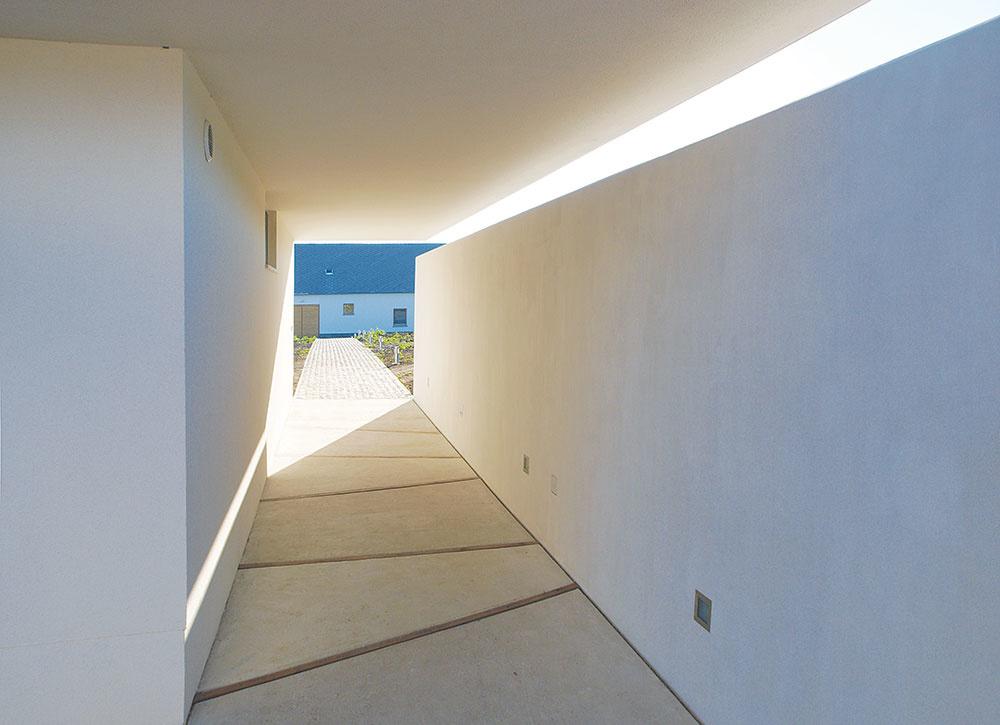 Prirodzený dizajn. Cesty achodníky dláždené kameňom umožňujú bezproblémový prístup kdomu aj hospodárskym budovám, jednoduché biele múry vytvárajú vokolí obytných priestorov tieň i súkromie.
