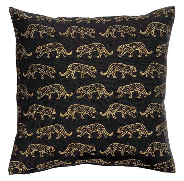 MOTÍV EXOTICKÉHO ZVIERAŤA najjednoduchšie prenesiete do domácnosti prostredníctvom textílií. Leopardy na vankúšovom poťahu zbavlnenej zmesi sprímesou trblietavých vláken, 50 × 50 cm, hm.com