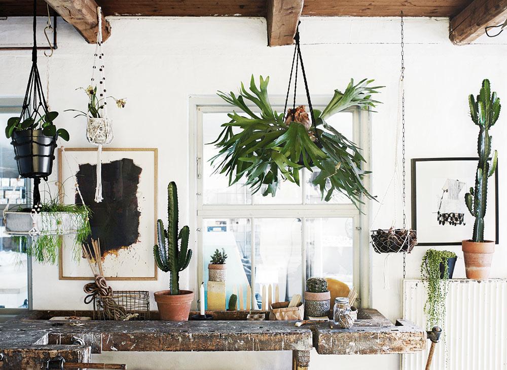 NEZABÚDAJTE NA RASTLINY. Safari štýl podporíte aj kaktusmi, lianami, orchideami a inýmiexotickými druhmi kvetov. Apokojne ich zaveste. Vypletaný záves na kvetináč White Bead od značky Madam Stoltz, dĺžka 120 cm, www.bellarose.sk