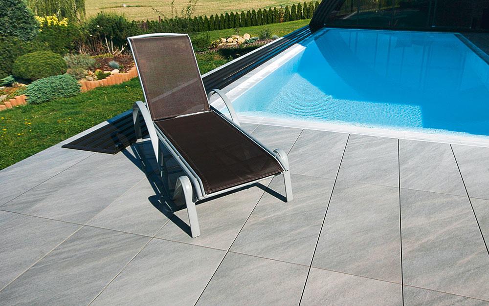 Porcelánové platne AirPave od spoločnosti Semmelrock dodávajú okoliu bazéna elegantnú ľahkosť. Veľkorysý formát 90 × 45 cm znižuje podiel škár na ploche a vďaka hrúbke iba 2 cm pekne dotvorí aj strešné terasy a balkóny. Platne AirPave PANAMA vo farbách nacar abeige pôsobia vďaka kamennej štruktúre elegantne anenápadne, jemne trblietavé AirPave MONARO vo farbách gris anocturno zase priestor rozžiaria adodajú povrchu atraktívny vzhľad. www.semmelrock.sk