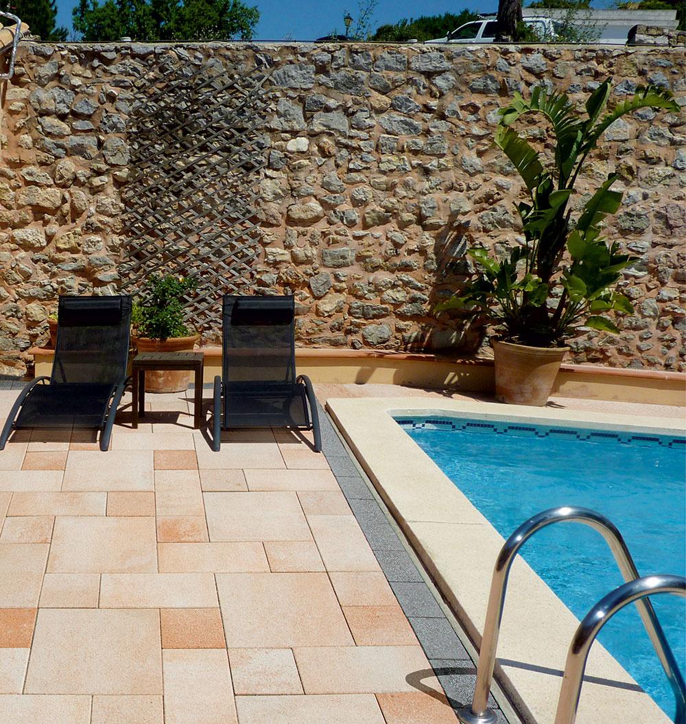 Moderný a elegantný vzhľad dodávajú dlažbe Cityflair XXL od spoločnosti Premac veľké formáty 75 × 50 cm a 50 × 50 cm, ktoré možno klásť rôznymi spôsobmi. Dlažba sa vyznačuje flairovým povrchom zušľachtilého prírodného kameniva,je vhodná do okolia bazéna aj na schody a svojou farebnosťou prináša do záhrady teplú južanskú atmosféru. Vďaka impregnovanému povrchu je dostatočne odolná proti poveternostným vplyvom aľahko sa udržiava. www.premac.sk