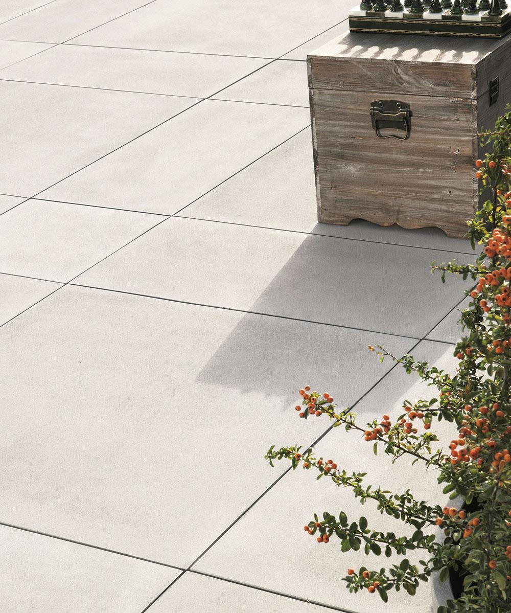 Veľkoformátová dlažba od spoločnosti Austria Beton Werk odkazuje na minimalistickú architektúru. Okrem štandardných veľkostí je dostupná vo formátoch 80 × 80 cm, 80 × 40 cm a40 × 40 cm, čo umožňuje vytvárať zaujímavé kombinácie. Je vhodná na väčšie plochy – na terasy alebo k bazénom. Vyznačuje sa jemne zdrsneným, pri chôdzi príjemným povrchom, ktorý pripomína žraločiu kožu. Vponuke nájdete tri farby – striebornú, grafitovú a svetlobéžovú. www.abw.sk