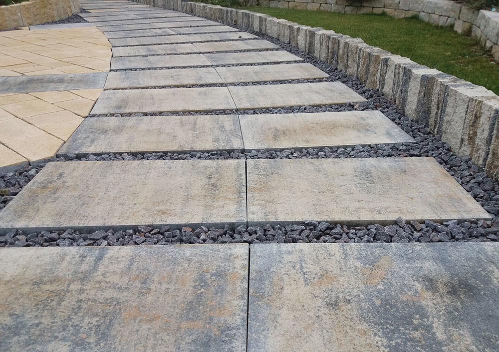 Dlažba Terrazza naturo od spoločnosti City Stone Design shladkým rovným povrchom je vhodná na chodníky, terasy i okolie bazéna a možno ju ukladať aj na plastové terče. Použiť ju môžete aj ako nášľapné kamene do trávnika, ktoré záhradný priestor oživia. Dlažba shrúbkou 5 cm je dostupná vdvoch formátoch 60 × 40 cm a40 × 40 cm, čo umožňuje vytvárať jednoduché vzory. Vybrať si môžete zo štyroch farebností, ktoré sú inšpirované prírodným kameňom. www.citystonedesign.sk