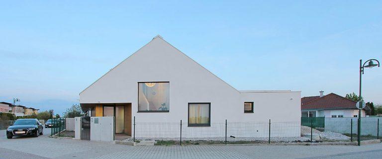 Vzdušný a slnečný rodinný dom ako skvelý príklad využitia rohového pozemku