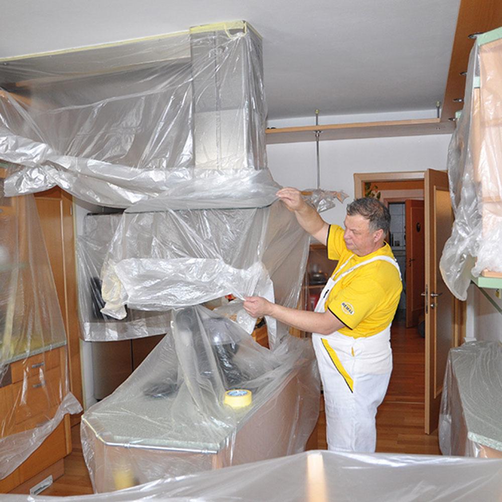1. Zakrytie nábytku Skôr ako začneme so samotným maľovaním, je potrebné pozakrývať nábytok avšetky miesta, ktoré maľovať neplánujeme.