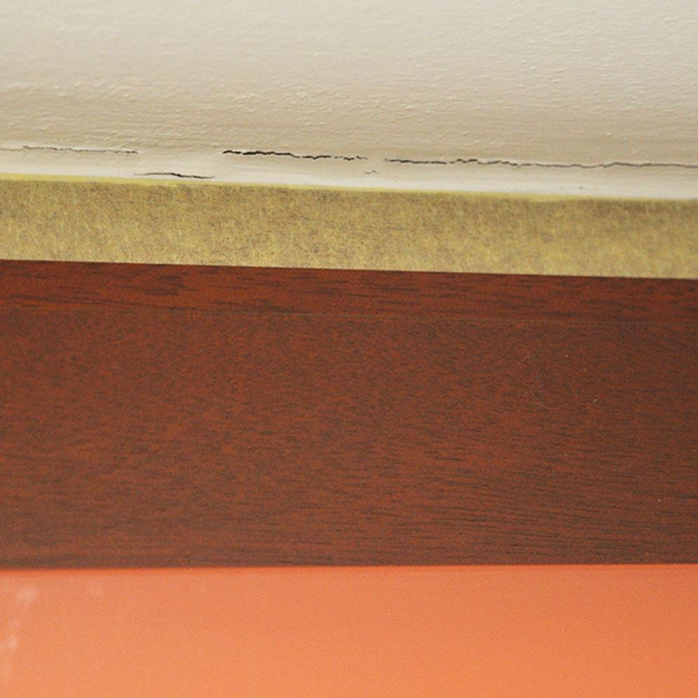 """5. Praskliny Praskliny na stene """"otvoríme"""" hranou maliarskej špachtle – zväčšia sa, no budú sa dať lepšie vyplniť. Následne si vezmeme suchý štetec, odstránime ním vzniknutý prach aotvorenú trhlinu navlhčíme vodou."""