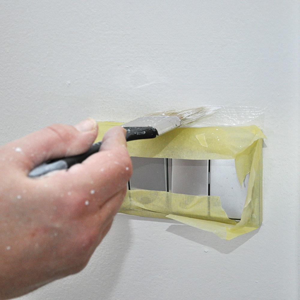 9. Malé plochy Malé plochy ačlenitejšie časti, napríklad okolo zásuviek, najskôr natrieme štetcom. Až potom začneme snanášaním farby na ostatné plochy.