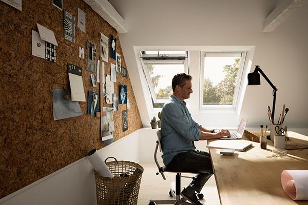 Základom domácej pracovne by mal byť kvalitný stôl a pohodlná stolička.