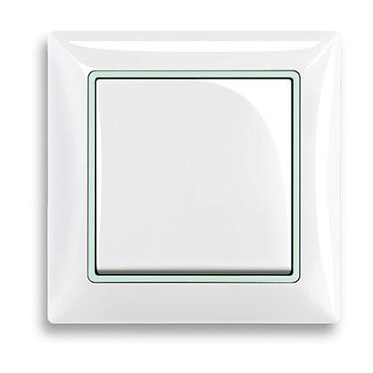 """Jedným """"esom z rukáva"""" radu basic55® Baseline je fosforeskujúci medzirámček, ktorý sa po zotmení zmení na orientačné svetlo – vypínač nájdete aj v tme."""