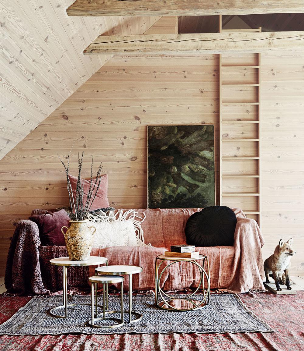 """Využite celú výšku podkrovia až khrebeňu strechy. Vyťažte zpodkrovia maximum avytvorte si ďalšie """"podlažie"""". To môže slúžiť napríklad ako spací alebo meditačný kút, prípadne na odkladanie sezónnych vecí. Vhodne zakomponovaný rebrík je už len """"otázka"""" pre šikovného stolára. Kcelkovej pohode majú čo povedať aj steny, presnejšie ich úprava. Ahoci vmnohých drevený obklad zpalubovky alebo preglejky evokuje skôr chatové bývanie, môže byť takéto riešenie príjemnou alternatívou kčasto využívanému sadrokartónu aj vmoderných interiéroch."""