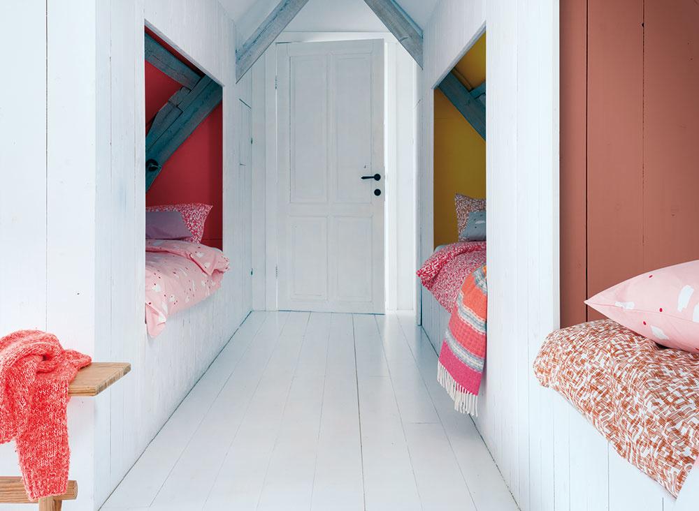 """Vytvorte dostatok miesta na spanie. Najmä na chalupe sa oplatí mať vzálohe zopár lôžok navyše. Vytvorením spacích kójí vpodkroví zabezpečíte aspoň aké-také súkromie svojim hosťom. Čo sa týka farebného ladenia, zpocitového hľadiska bude na """"presvetlenie"""" priestoru lepšie natrieť steny nabielo  afarebne sa vyšantiť v""""interiéri"""" spacích kútov."""