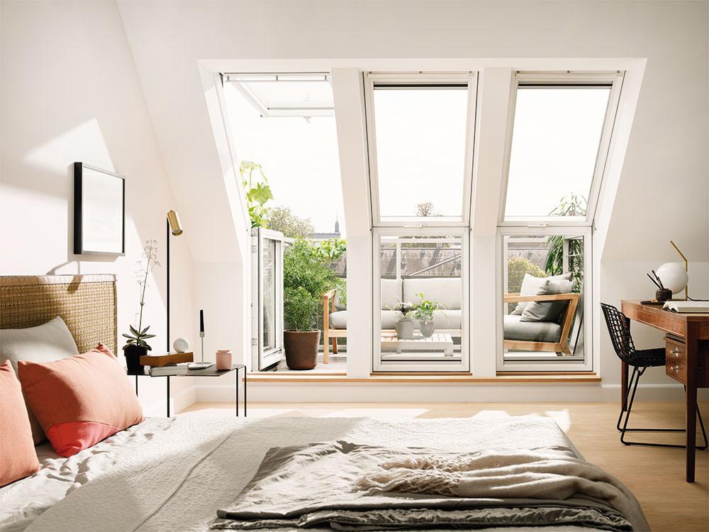 Tam, kde je nízka výška stropov, sa núka možnosť otvoriť strechu avybudovať strešné balkóny. Poskytujú panoramatický výhľad apocit otvoreného priestoru. Strešný balkón sa vytvorí otvorením zostavy dvoch strešných okien, zktorých jedno má integrované výsuvné zábradlie adruhé možno otvoriť tak, že vnich môže pohodlne stáť dospelý človek. Vzloženom stave vyzerá strešný balkón ako bežná kombinácia dvoch strešných okien nad sebou.